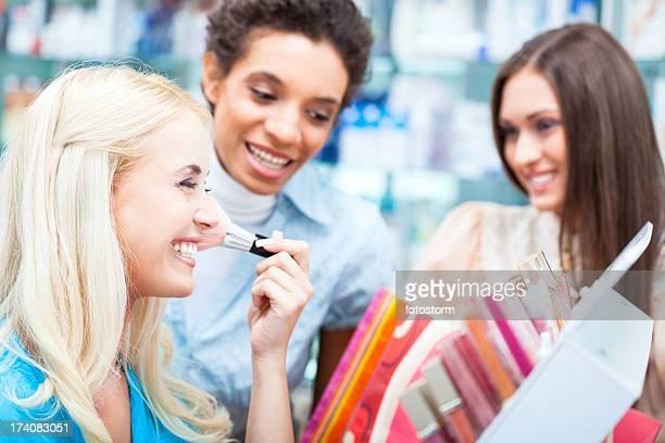女性のショッピングのメイクアップ製品