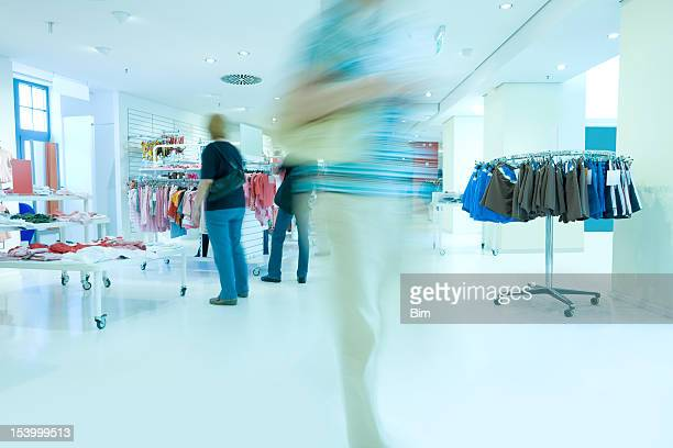 Frauen Einkaufen in einem Bekleidungsgeschäft, motion blur