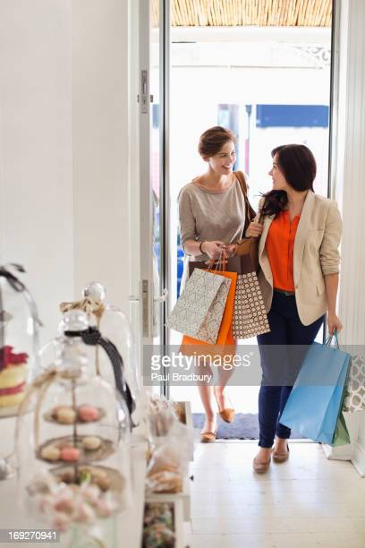 Donna shopping insieme in negozio