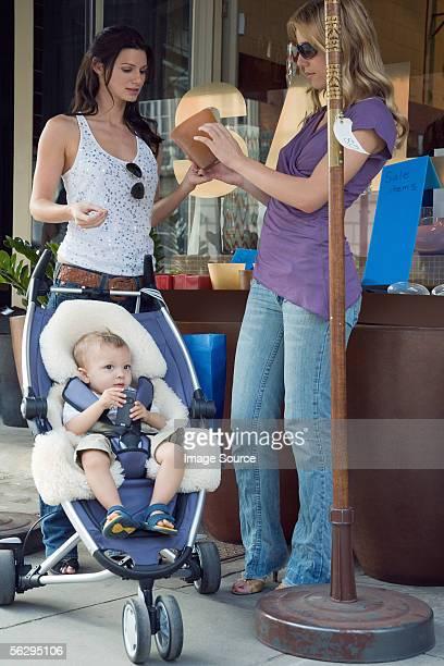 Frauen mit baby Einkaufen