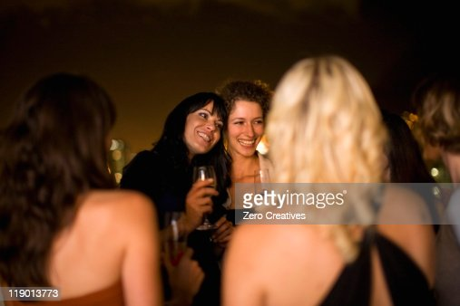 女性笑顔で夜のパーティ