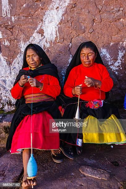 Mulheres girar lã na Ilha Taquile, Lago Titicaca, o Peru