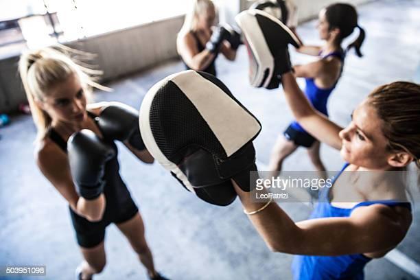 Femme la boxe équipe de sport extérieur