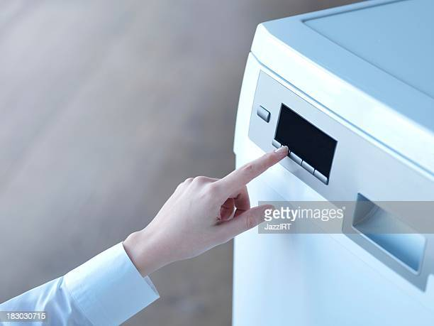 Femmes commencer le lave-vaisselle