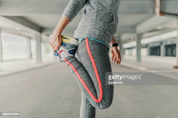 Étirement des jambes de femmes