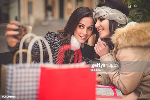 Femme prendre un selfie pour faire les magasins à Rome