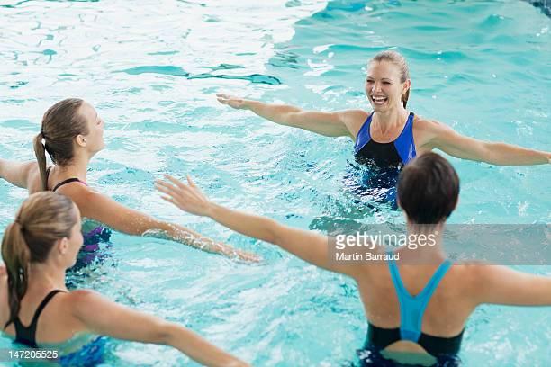Femmes prenant des cours d'aquagym