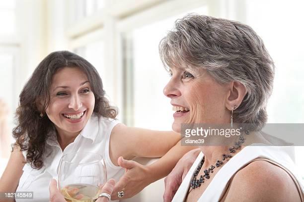 Donna a parlare e ridere.