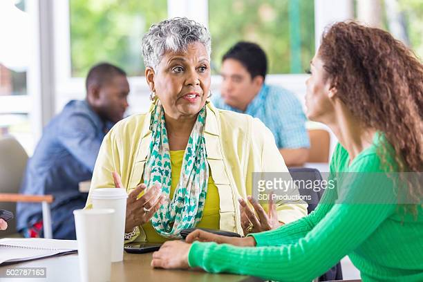 Mujeres hablando juntos durante la terapia o sesiones de grupos de apoyo