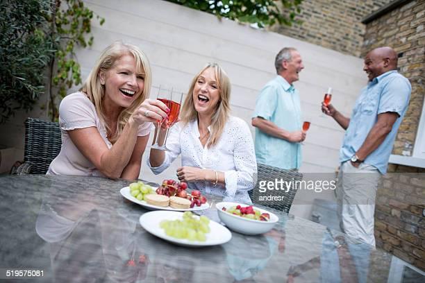 Frauen Anstoßen auf einer dinner-party