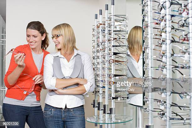 Femme essayer des lunettes à optometrists boutique