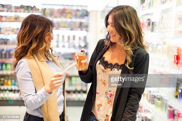 Femmes essayer de parfum dans un magasin