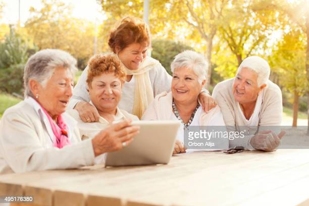 Mulheres usando tablet
