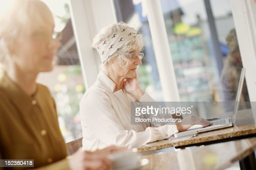 women using technology : Stockfoto