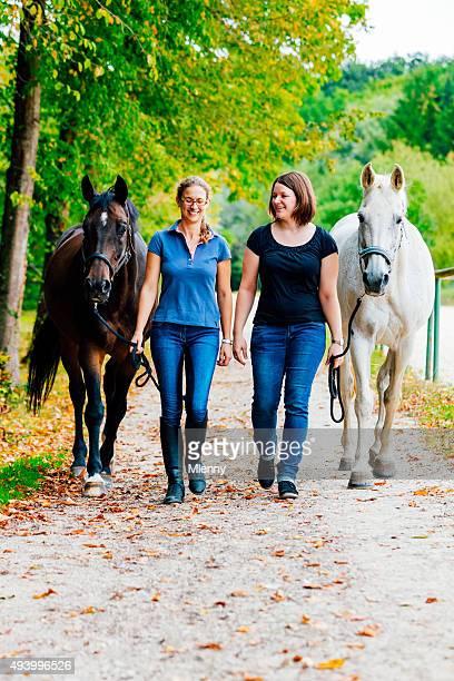 Frauen zu Hause mit Pferden Reiten
