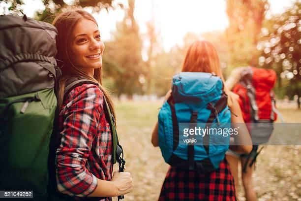 Frauen, die zu Fuß im Freien In der Natur.