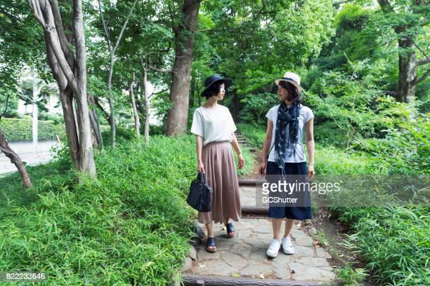 公園を一緒に歩いて女性