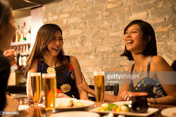 Frauen, die bereits betrunken im Restaurant