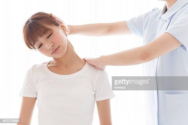 Frauen, die sich der head massage