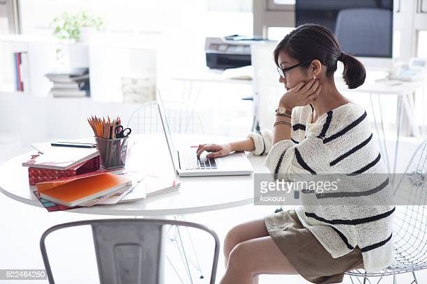 Women who are thinking about design in a laptop