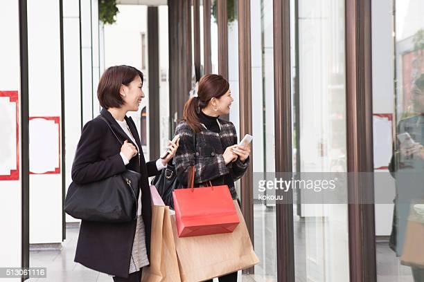 女性のお客様には、ウィンドウショッピング