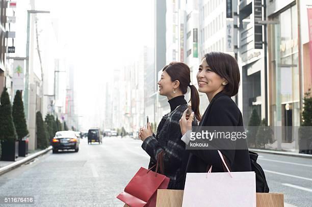 女性のお客様には、多くのショッピングバッグ