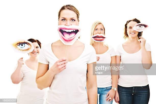 Femme avec des yeux et sourire panneaux en face d'eux