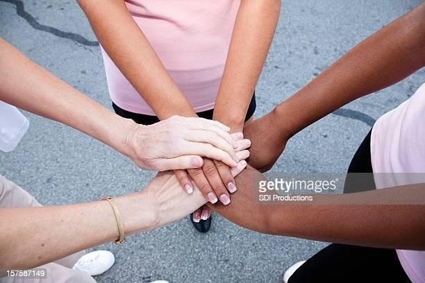 Mujer con las manos juntas en un círculo