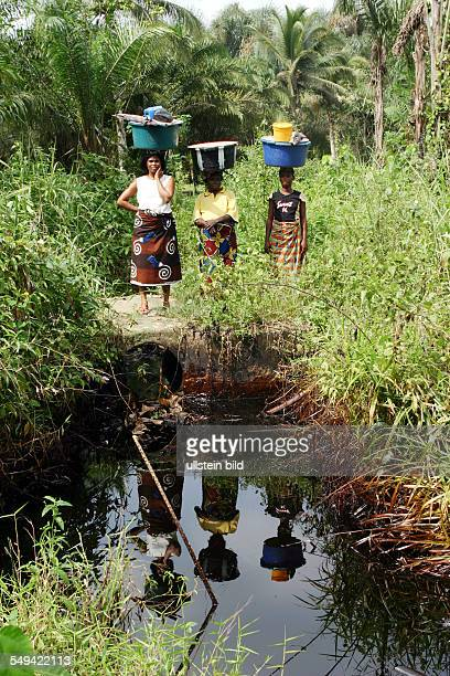 women with water can because the pollution of the groundwater with petroleum