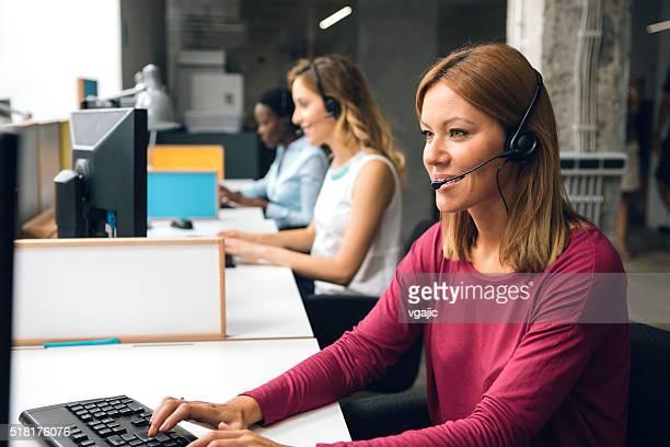 Frauen arbeiten im Call-Center.