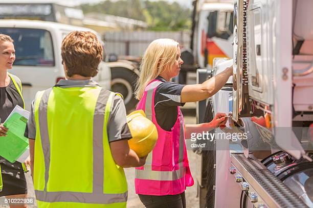Frauen arbeiten im Verkehrssektor High Vis Kleidung tragen