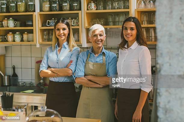 Frauen arbeiten im Café
