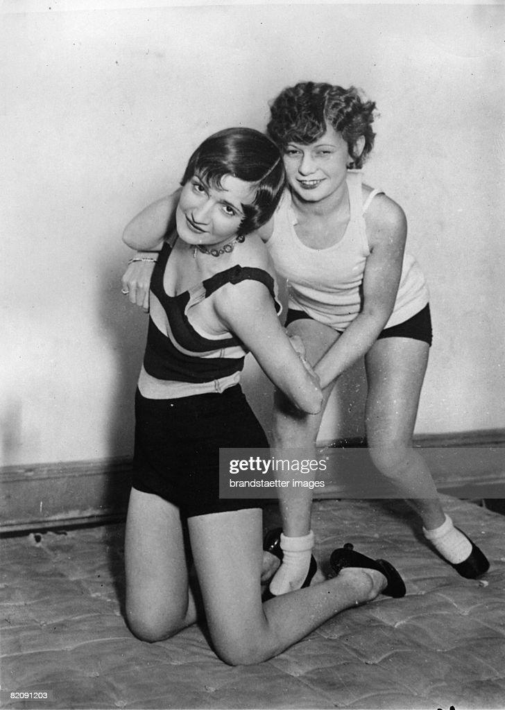 Women wrestling, Photograph, Around 1930 (Photo by Imagno/Getty Images) [Frauen-Ringen, Photographie, Um 1930]