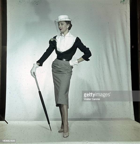 Women's Collections Spring 1951 By Fashion Designers Of Paris A Paris dans un studio un mannequin présente pour Pierre BALMAIN un ensemble jupe...