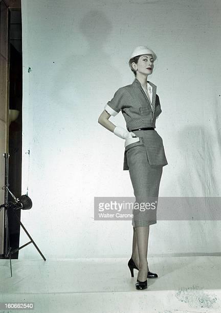 Women's Collections Spring 1951 By Fashion Designers Of Paris A Paris dans un studio un mannequin présente pour Jeanne LAFAURIE une robe tailleur...