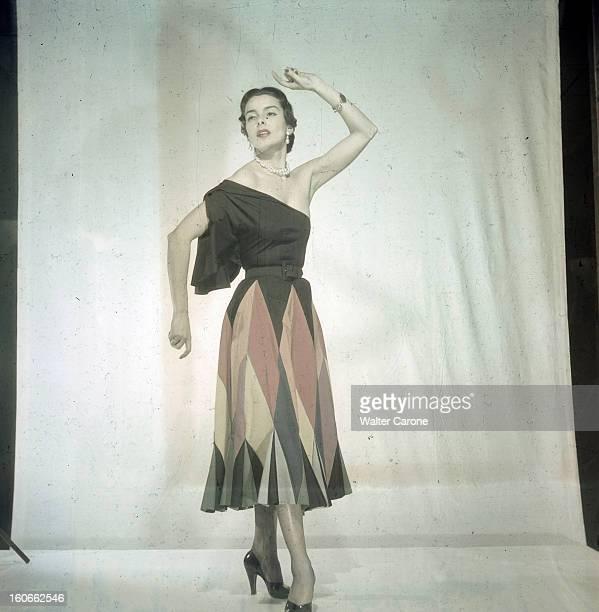 Women's Collections Spring 1951 By Fashion Designers Of Paris A Paris dans un studio un mannequin présente pour CARVEN le modèle 'Fandango' une robe...