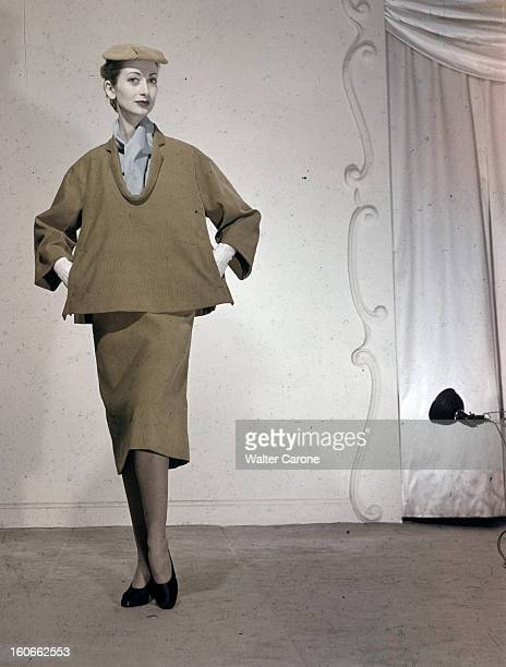 Women's Collections Spring 1951 By Fashion Designers Of Paris. A Paris, dans un studio, un mannequin présente pour BALENCIAGA, un ensemble jupe et blouse en velours de la ligne 'tonneau', avec un petit chapeau plat assorti.