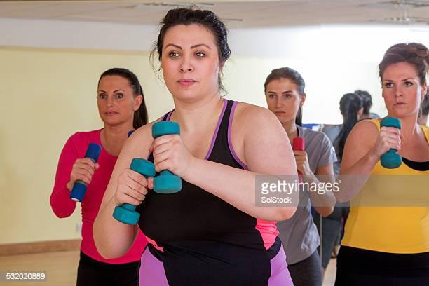 Femenino clase de ejercicios con pesas del gimnasio