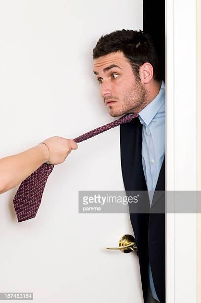 女性の手プルネクタイます。