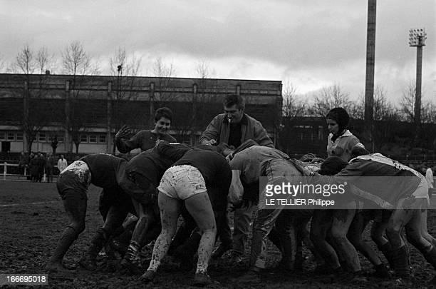Women'S Rugby Le 15 décembre 1966 en France divisées en deux équipes les étudiantes en médecine de Limoges jouent au rugby lors d'une oeuvre de...