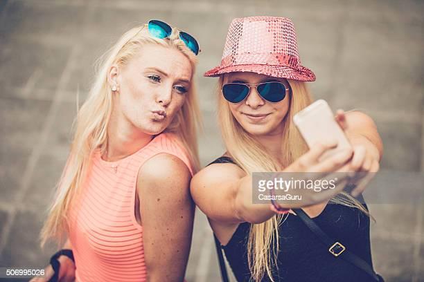 WomenTaking uma Selfie na rua, pato Face