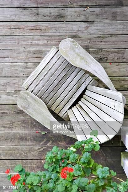 木製の椅子の上からポーチ