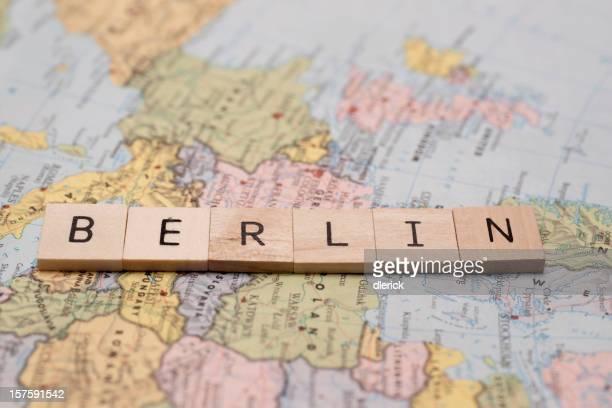 木製パネルスペリング文字の単語ベルリン