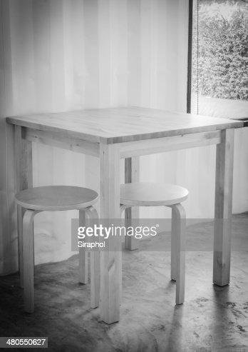 Mesa de madera y silla : Foto de stock