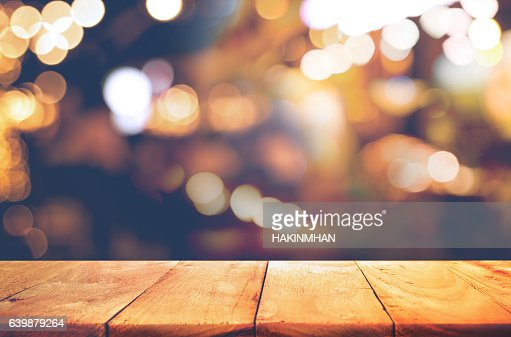 Wood  table top with  blurred light gold bokeh abstract background : Foto de stock