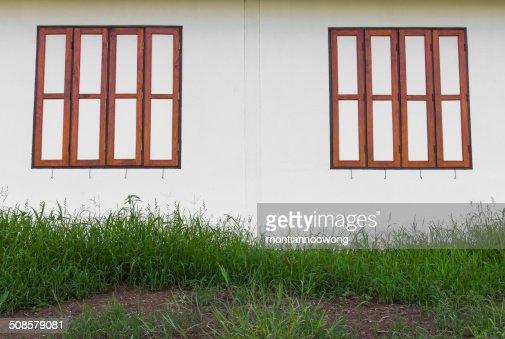 Fensterrahmen aus Holz Wand : Stock-Foto