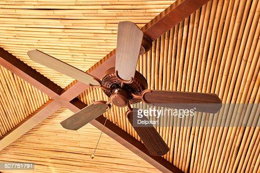 Ventilateur De Plafond En Bois De Bambou Sur Un Plafond De