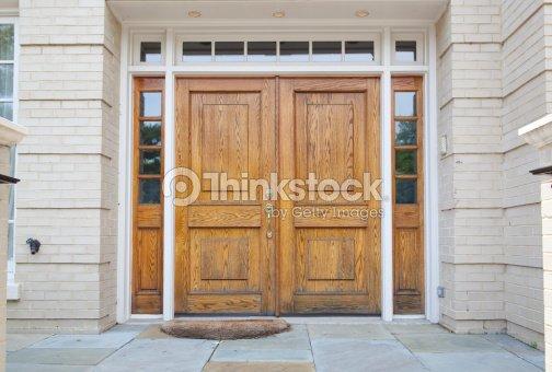 Xxxl double porte en bois grande entr e dans une maison photo thinkstock - Grande porte d entree ...