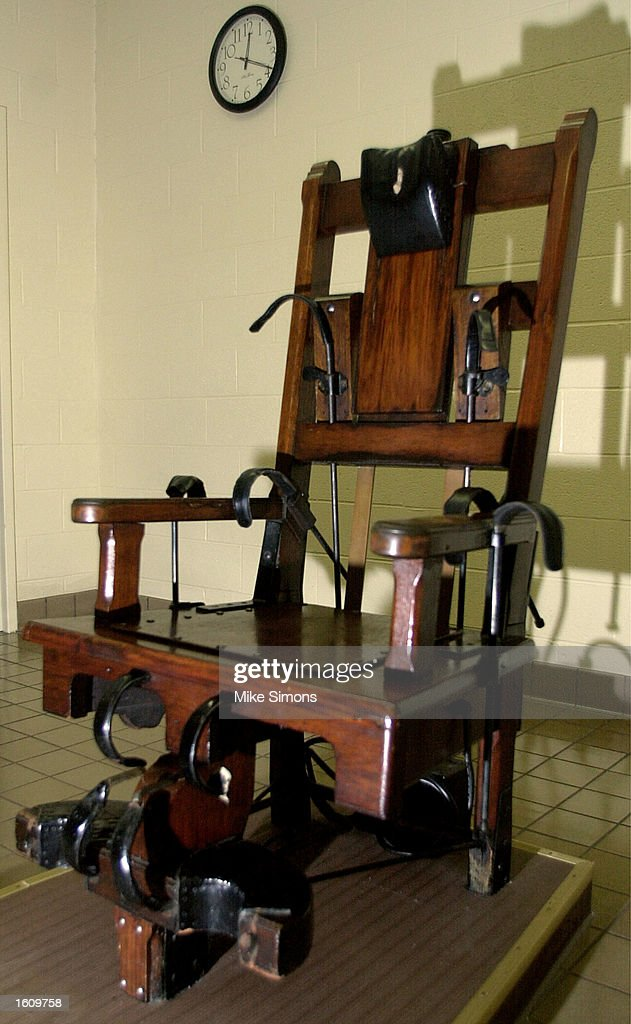 A wooden electric chair sits in the death chamber of the - Execution en direct chaise electrique ...