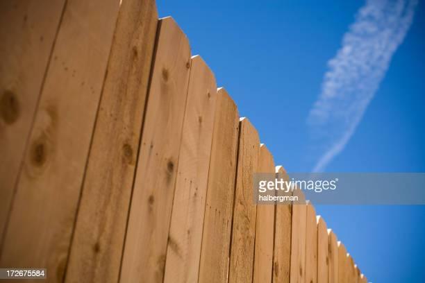 Cerca de madeira e céu azul